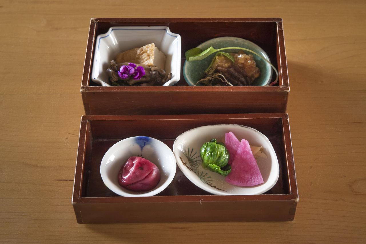 Двухуровневая коробка содержит в общей сложности 10 различных гарниров.