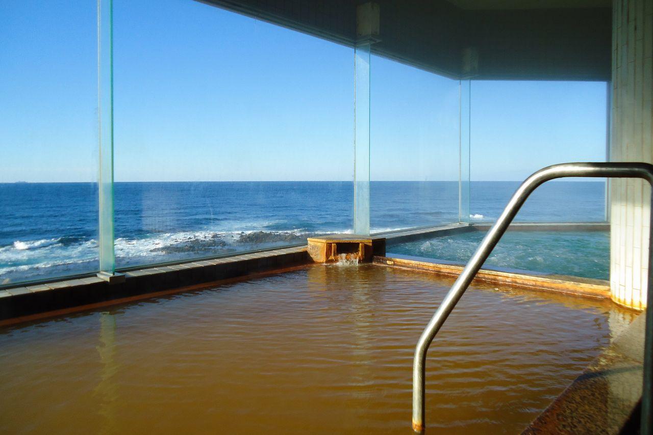 В купальне «Фурофуси-но ю» в новом корпусе имеется сауна, а также ванны с видом на бескрайнее Японское море (фотография предоставлена «Коганэсаки Фурофуси онсэн»)