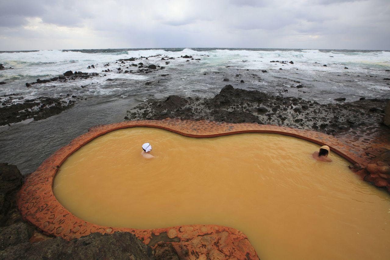 Ванна для совместного купания конъёку. Зимой её иногда закрывают из-за высоких волн по соображениям безопасности (фотография предоставлена Туристической Ассоциацией префектуры Аомори)