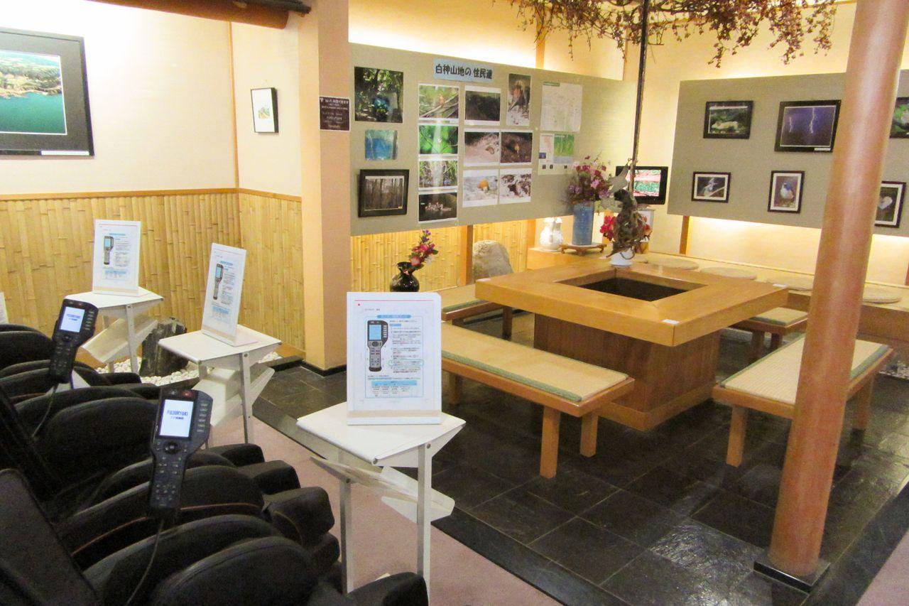 В комнате отдыха есть массажные стулья, холодная вода и горячий чай (фотография предоставлена «Коганэсаки Фурофуси-онсэн»)