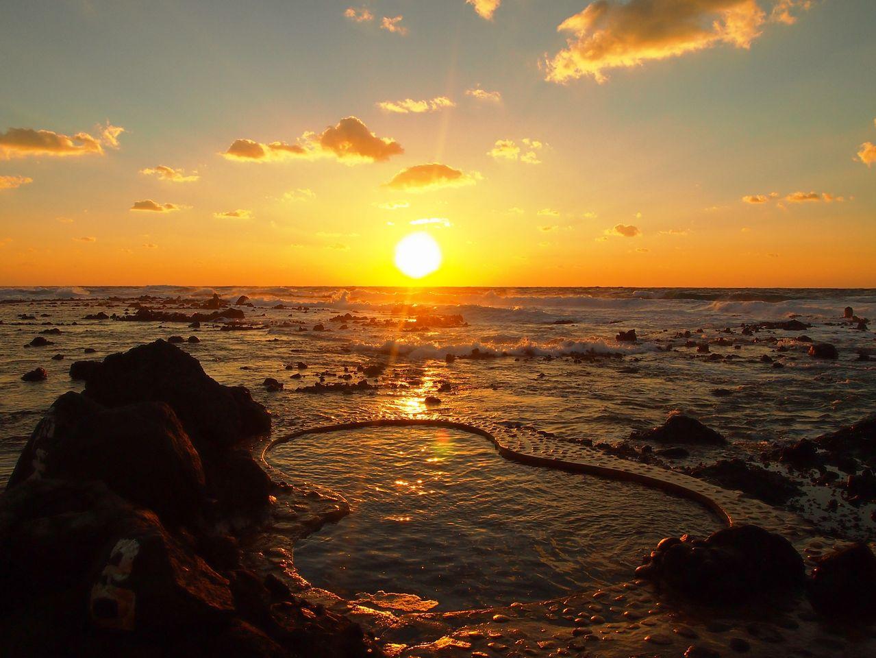 Купальня конъёку в лучах закатного солнца (фотография предоставлена «Коганэсаки Фурофуси-онсэн»)