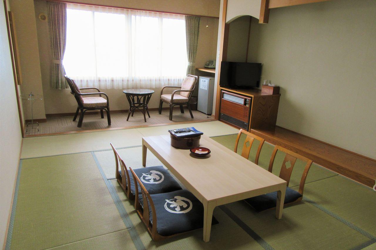 В комнате с видом на море слышен шум прибоя. Простой интерьер в японском стиле поможет забыть об усталости и расслабиться (фотография предоставлена «Коганэсаки Фурофуси-онсэн»)