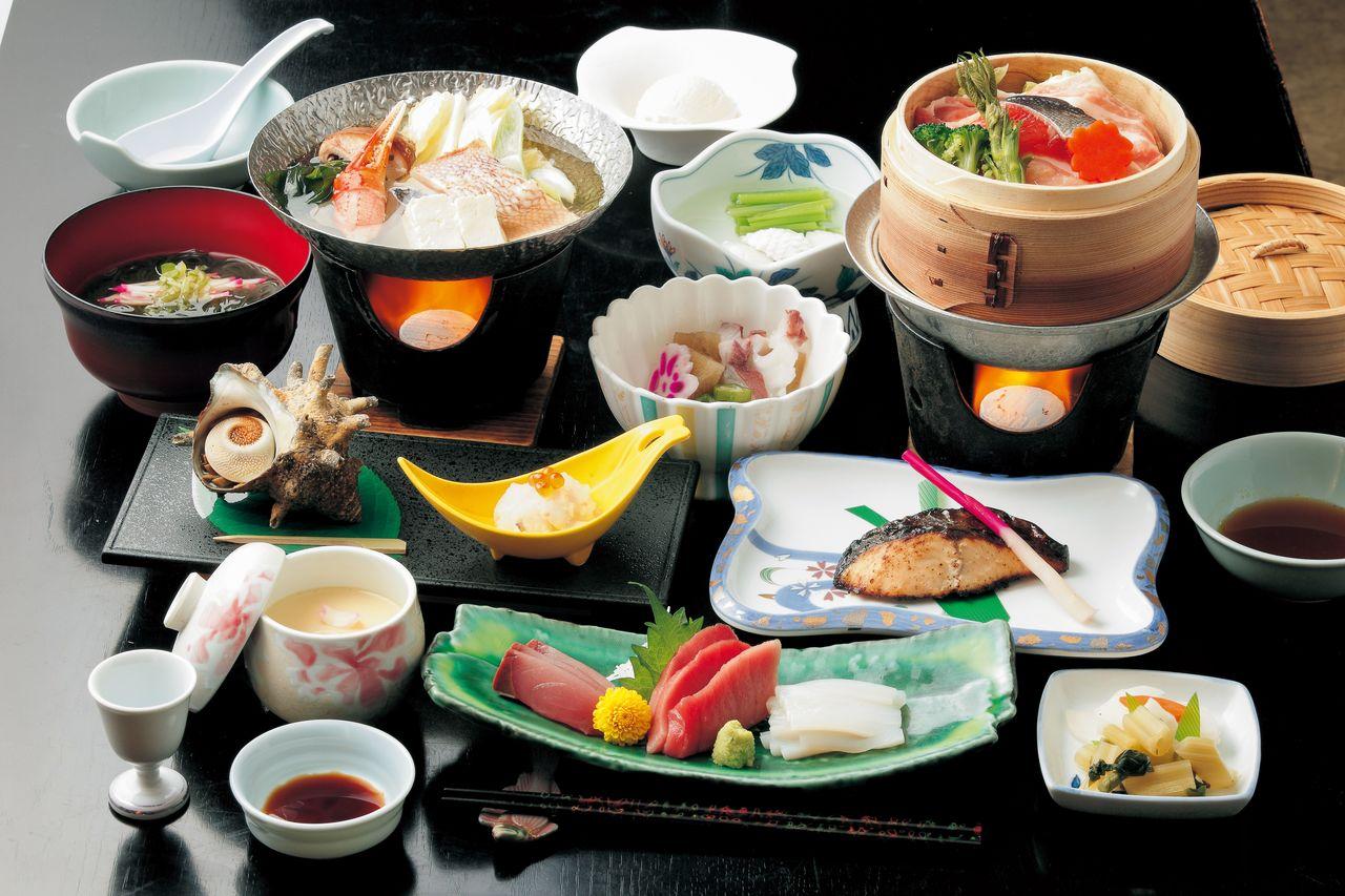Ужин из морепродуктов (сезонное меню, фотография предоставлена «Коганэсаки Фурофуси-онсэн»)