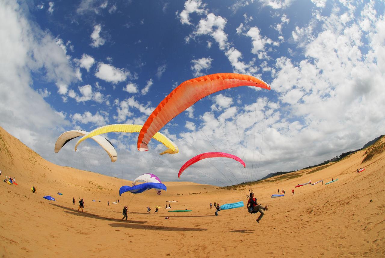 На дюнах Тоттори можно полетать на парапланах