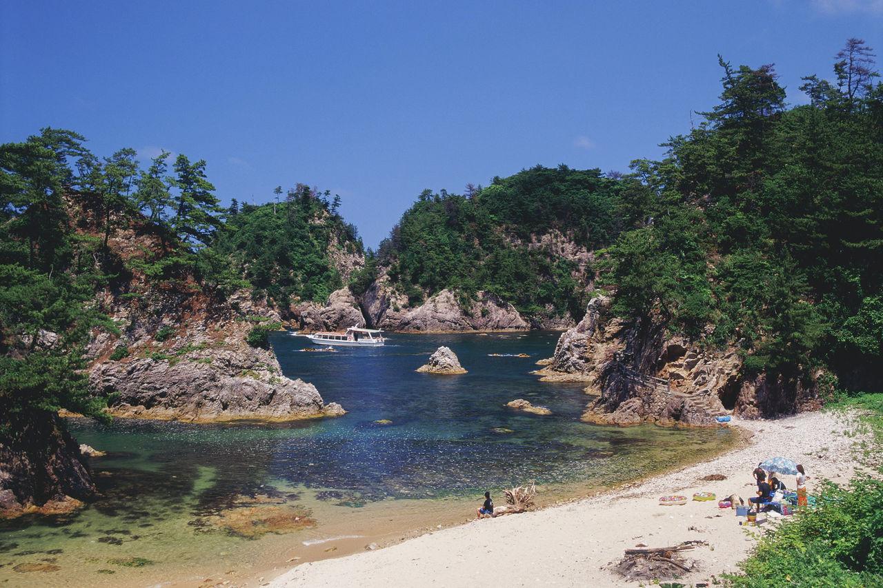 Прекрасный пейзаж – причудливые скалы и белоснежный песок