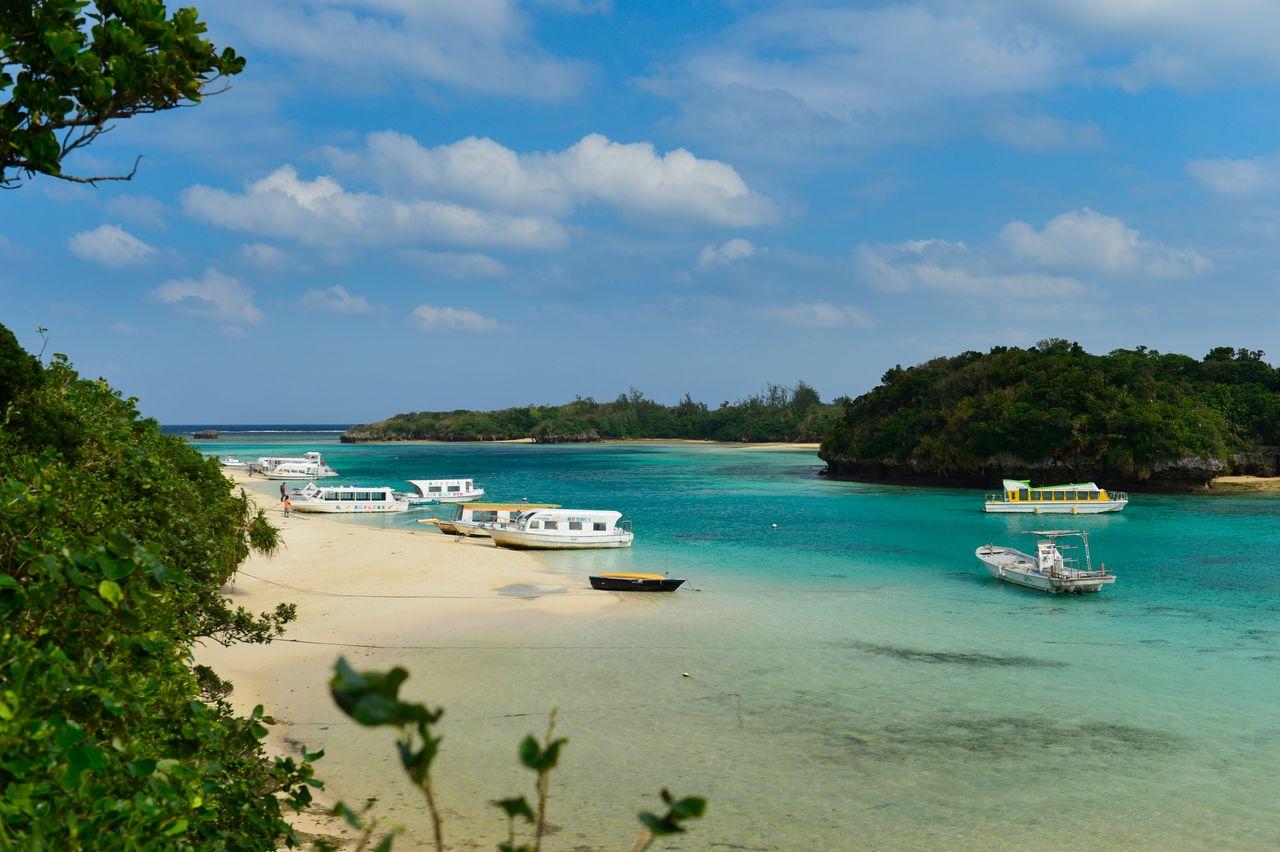 Залив Кабира, самое популярное живописное место на острове Исигакидзима (предоставлено OCVB)