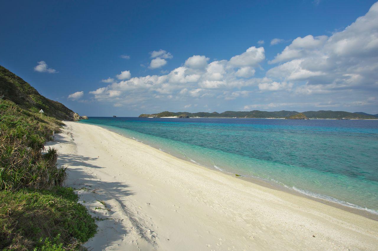 Пляж Нисибама на Акадзиме (предоставлено OCVB)