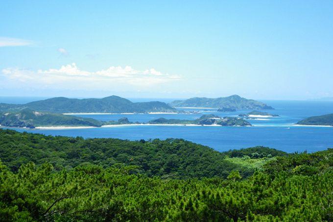 На территории Национального центра дружбы молодёжи Окинавы, расположенного на бывших объектах армии США, расположена обсерватория Акамаяма, самое живописное место на острове Токасики (предоставлено Министерством окружающей среды)