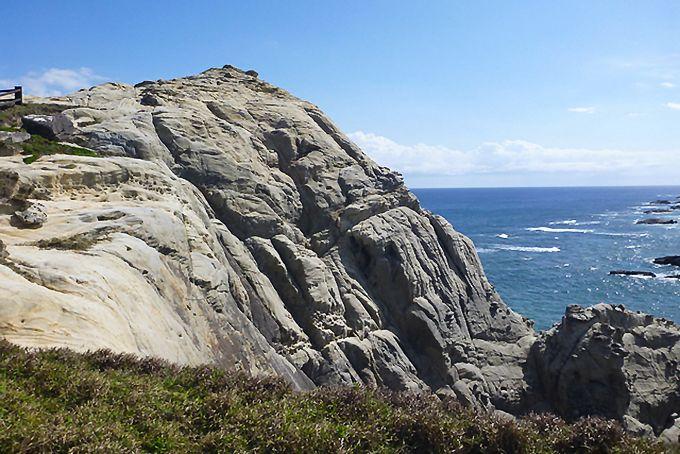 На южной оконечности острова Токасики находится обсерватория Ахарэн, откуда открывается великолепный вид на океан и скалы (предоставлено Министерством окружающей среды)