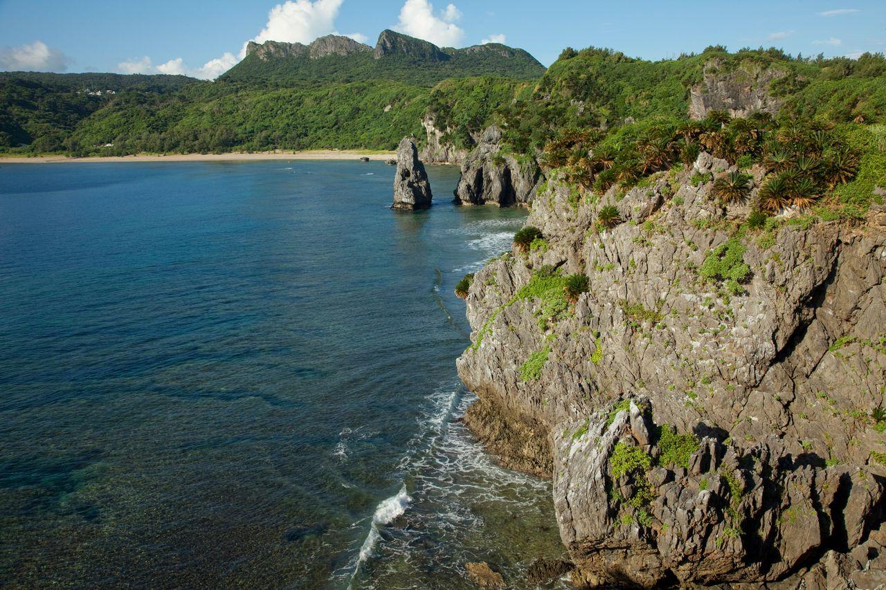 Мыс Хэдо, самая северная точка главного острова Окинава, откуда открывается вид на великолепные прибрежные скалы (предоставлено OCVB)