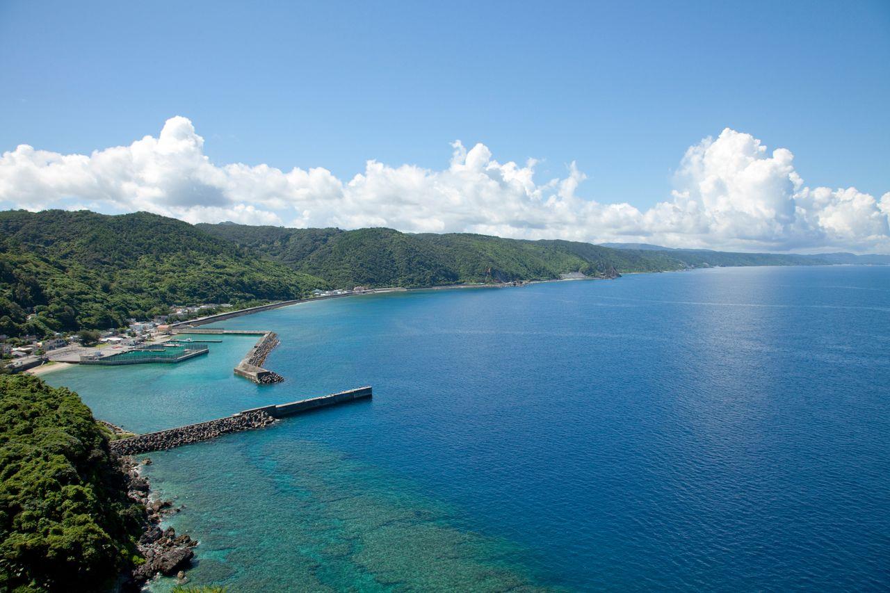 Захватывающий вид на море и океан из обсерватории на скале Каяути-банта (предоставлено OCVB)