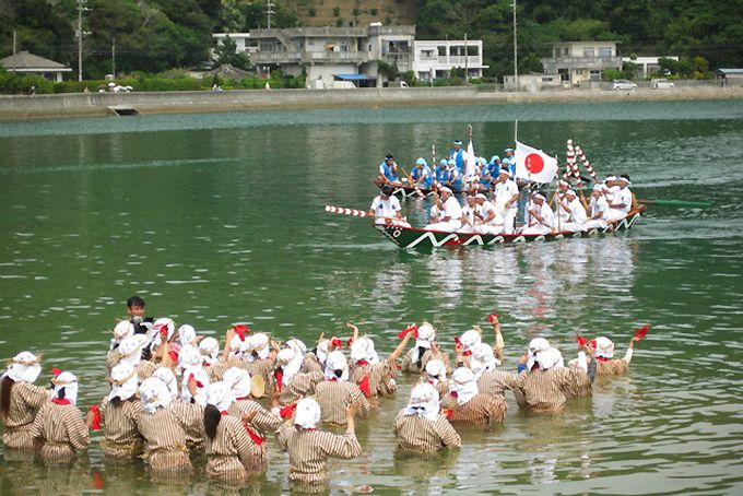 Праздник Унгами (морского бога) в заливе Сиоя, в ходе праздника молятся об урожае и избавлении от болезней и бедствий (предоставлено Министерством окружающей среды)