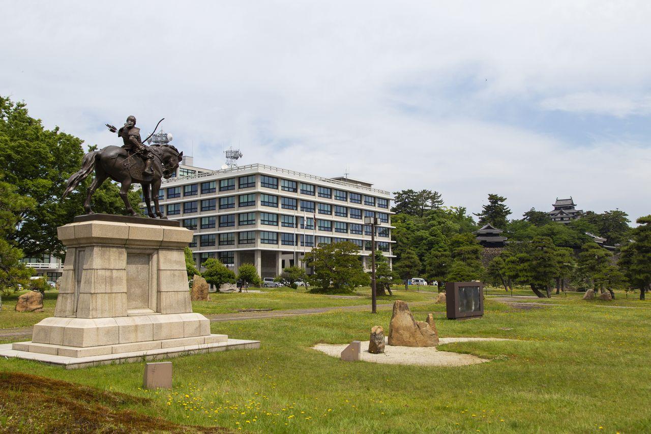 Административное здание префектуры Симанэ и замок Мацуэ
