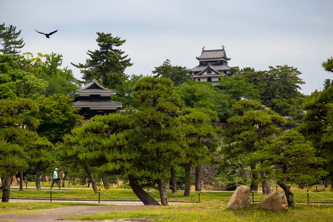 Главная бпшня замка и южная башня в замке Мацуэ