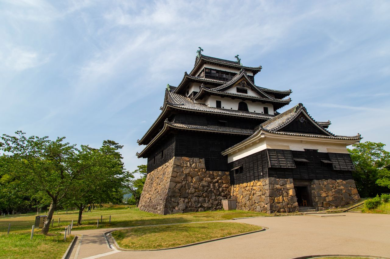 Главная башня замка Мацуэ стоит на невысоком холме у горы Камэда