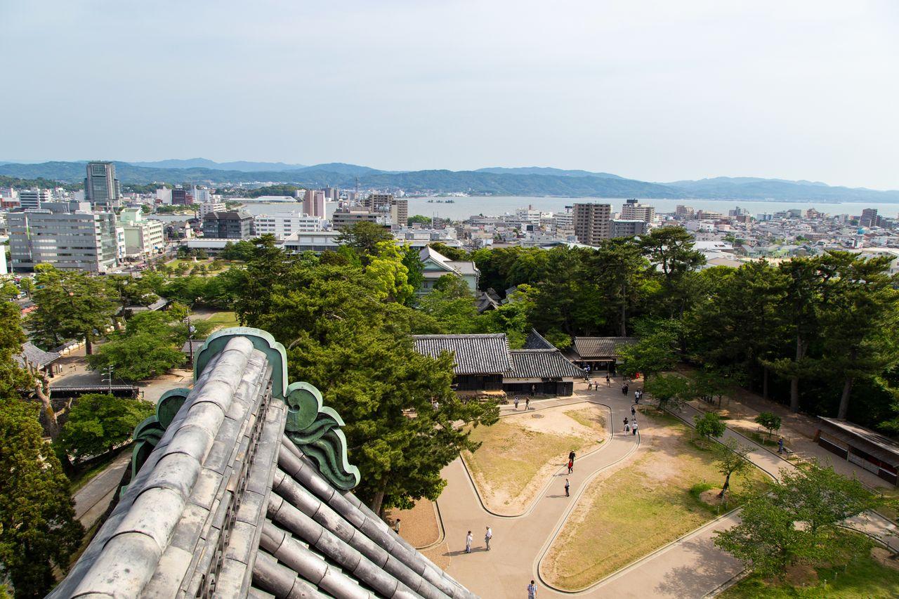 Со смотровой площадки замка Мацуэ открывается вид на озеро Синдзи и далёкие горы