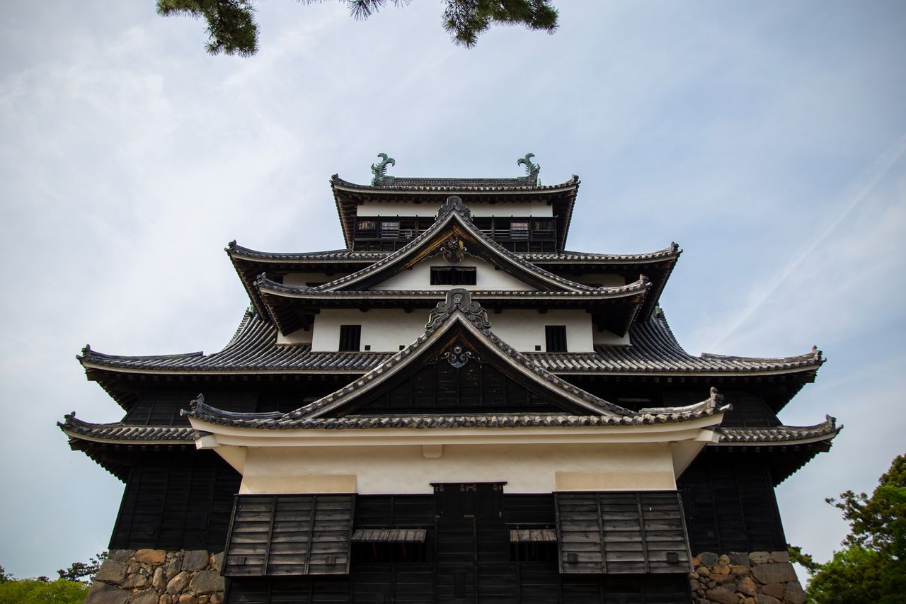 Замок Мацуэ легко узнаваем по треугольным фронтонам с приподнятыми концами иримоя хафу