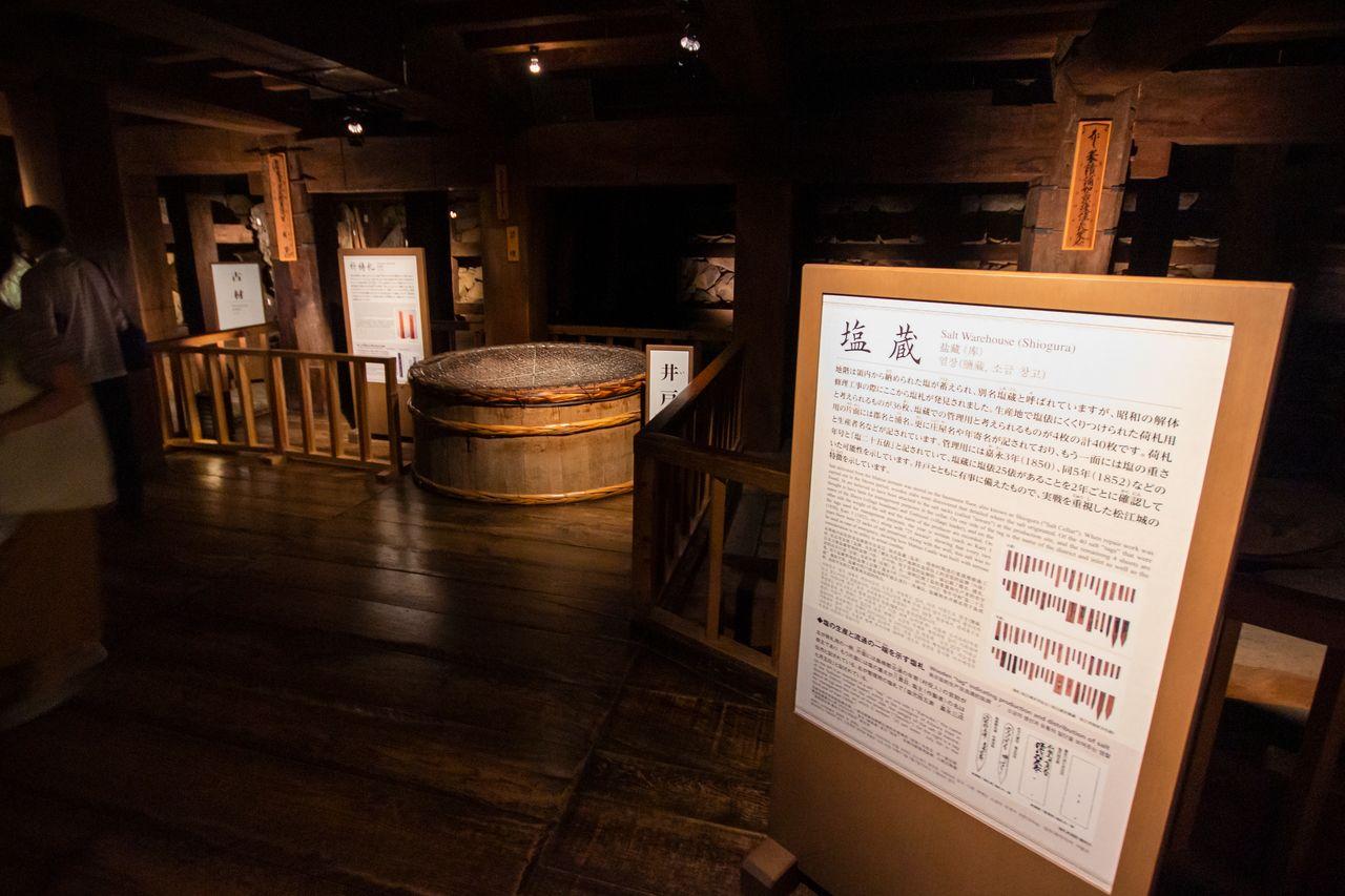 На столбах в подвале главной башни размещены выписки из документов; между столбами находится колодец глубиной 24 метра