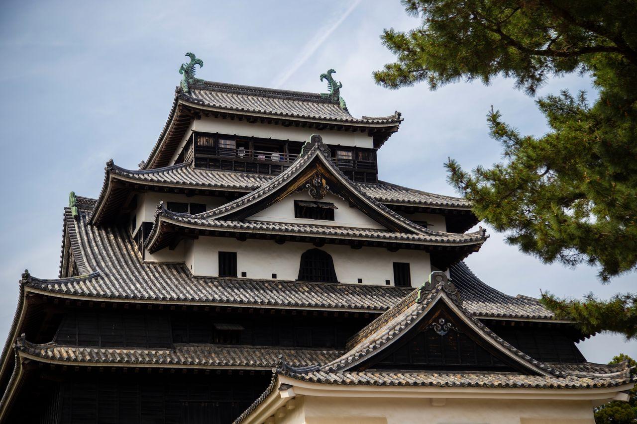 Смотровая площадка замка на верхнем этаже и знаменитые изогнутые фронтоны