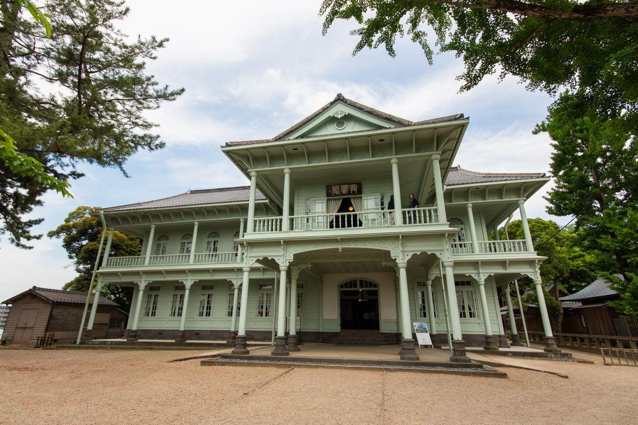Построенная в 1903 году резиденция Коункаку – прекрасный пример архитектуры периода Мэйдзи, здесь можно выпить чая или кофе в чайной комнате Камэдаяма на первом этаже