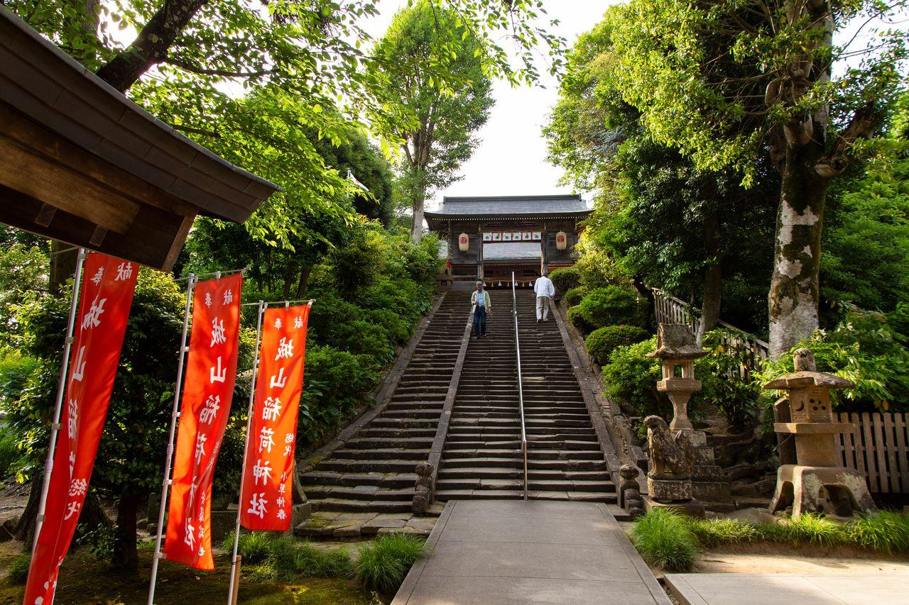 Каменная лестница ведёт к главному павильону святилища Дзёдзан-Инари за замком Мацуэ, здесь начинается и заканчивается праздник Хоран-энъя