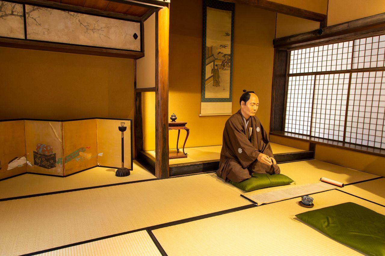 В комнатах воссозданы сцены из жизни самурайского клана