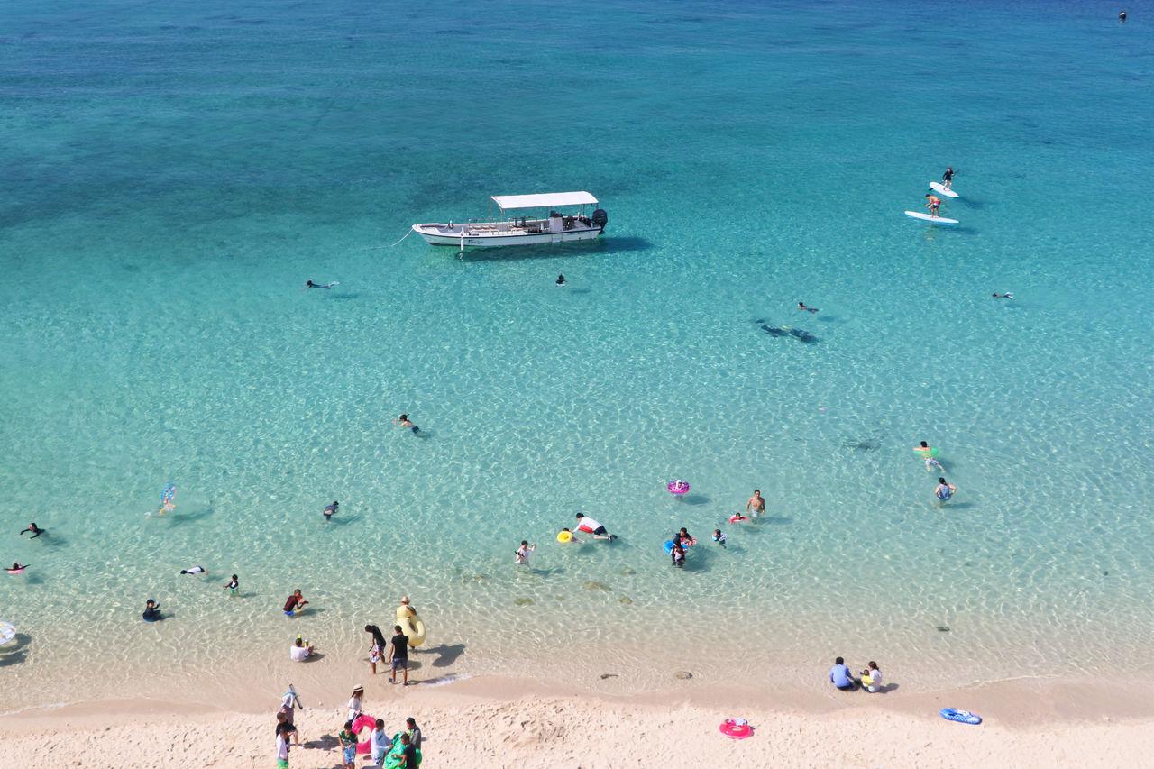 На побережье Касива собирается множество любителей пляжных развлечений и водных видов спорта