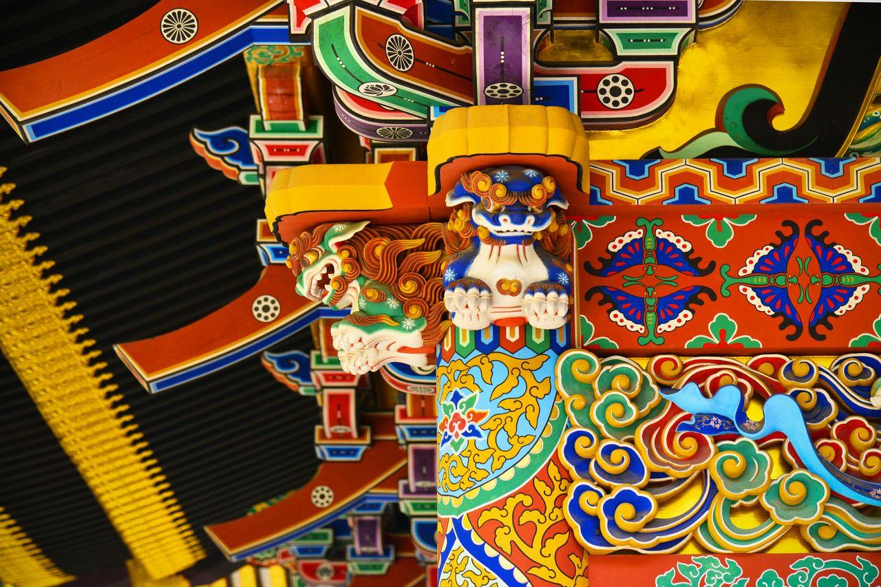 В ходе реконструкции восстановлены венчающие колонны головы львов (сисигасира)