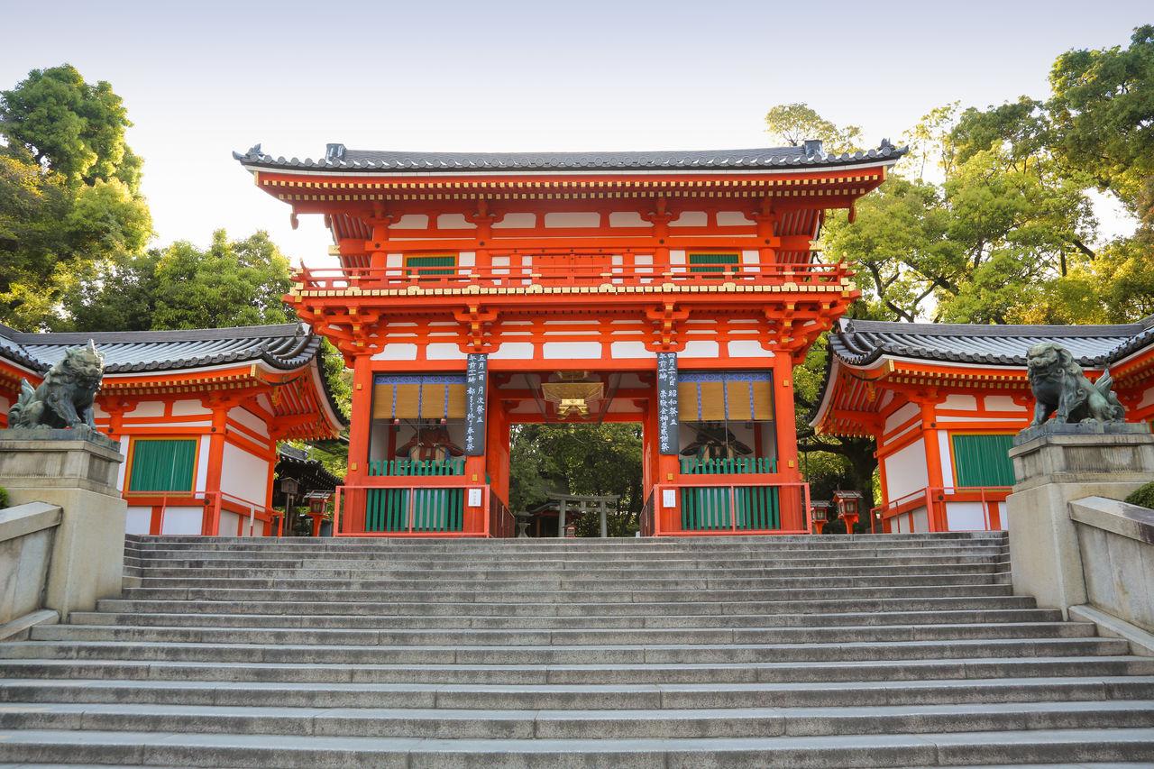 Ярко-красные ворота Нисиромон перед святилищем Ясака