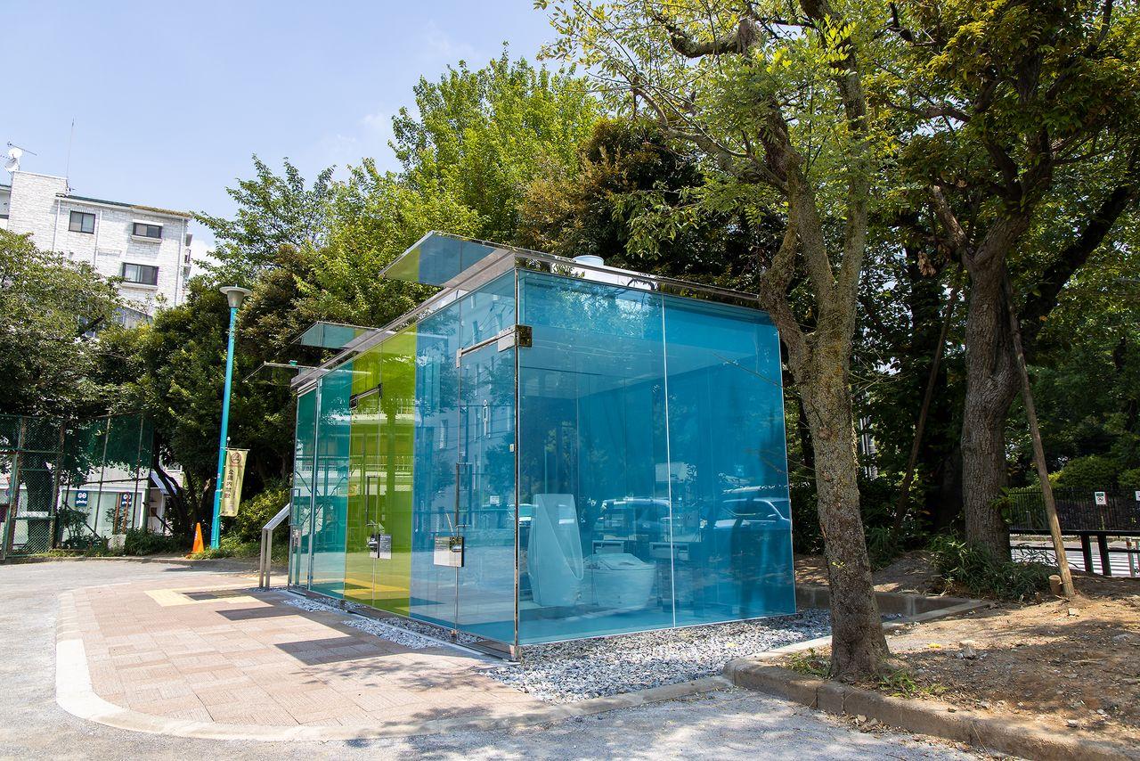 Туалеты в общественном парке Харуноогава окрашены в разные цвета; обстановку внутри туалета можно оценить даже на расстоянии