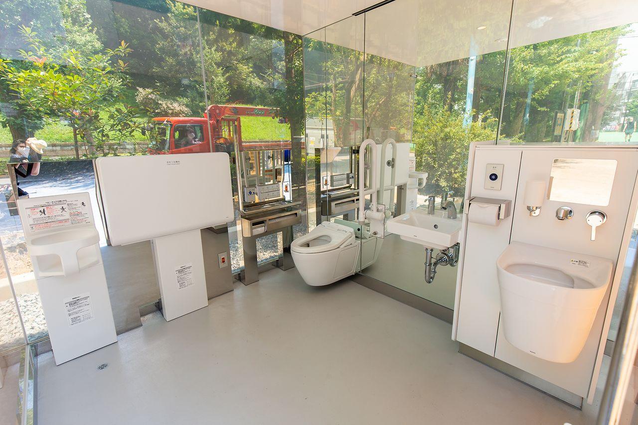 Прозрачный туалет до запирания двери. В «туалете для всех» есть стол для пеленания и оборудование для обслуживание кало- и мочеприёмников