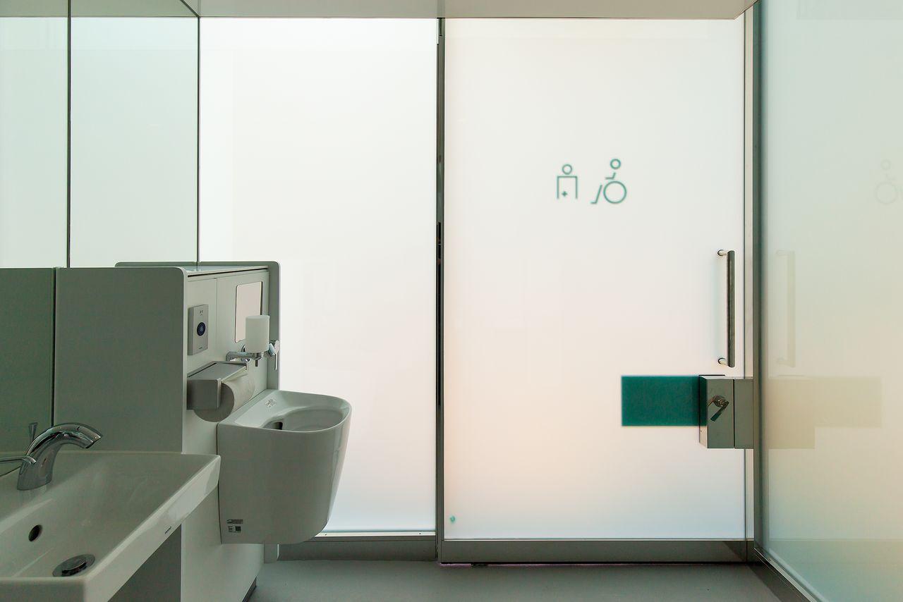 После запирания двери стекло становится непрозрачным, создавая уютное пространство, которым можно спокойно пользоваться