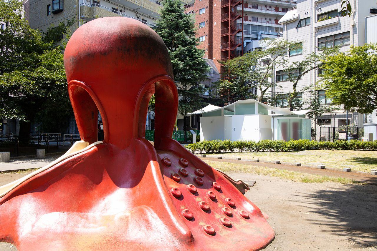 Символ парка «Горка-осьминог», задавшая тему «Туалета-кальмара»