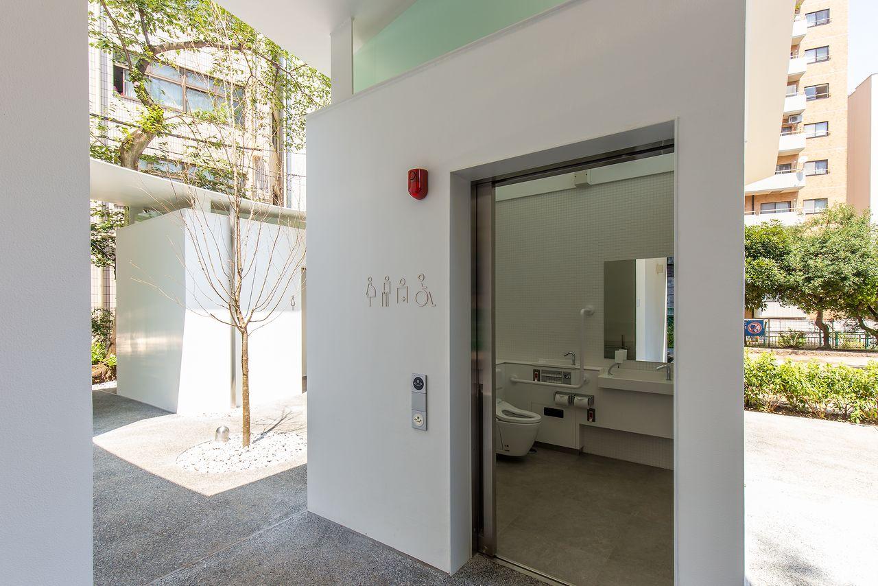 Вид от общего туалета на внутренний дворик; здесь дети вполне могли бы играть в прятки