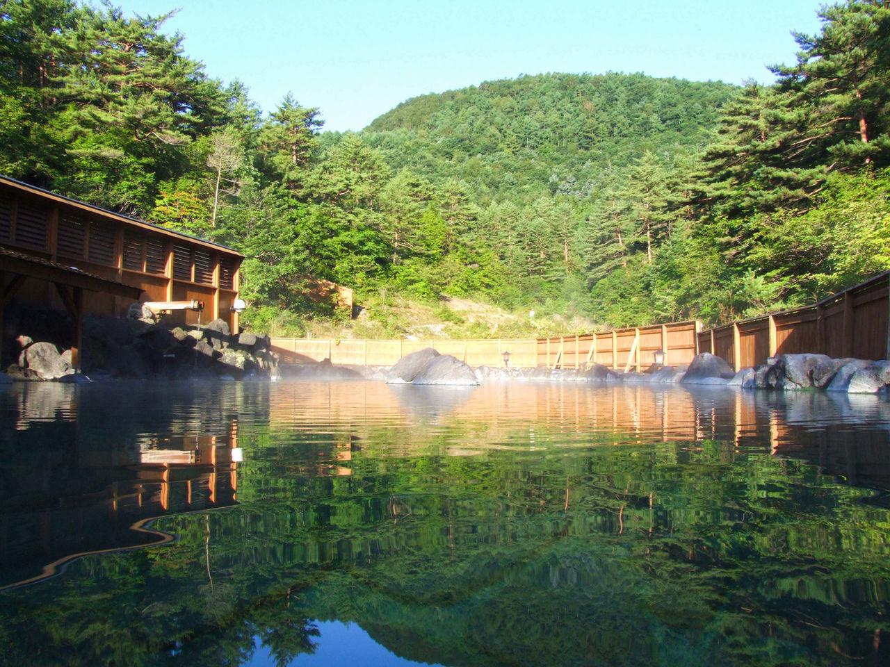 Просторная ванна под открытым небом Сай-но-кавара