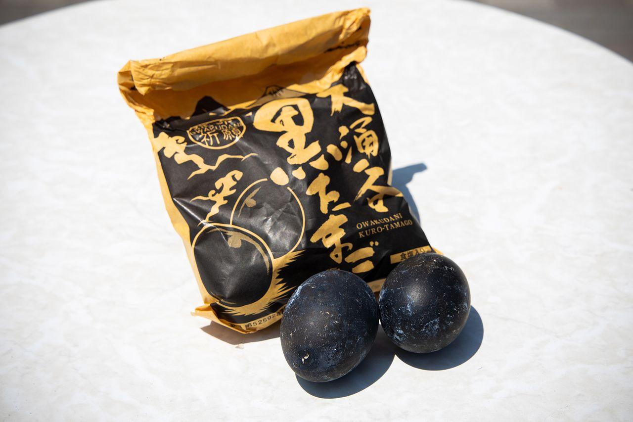 Пакет с пятью куротамаго стоит 500 йен, к нему прилагается соль для придания вкуса