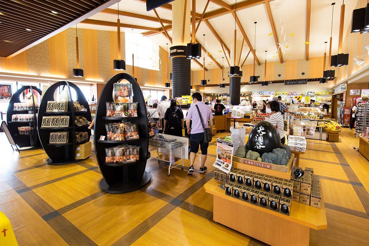 В сувенирном магазине «Куротамаго-кан» представлены различные фирменные продукты Хаконэ и связанные с куротамаго товары