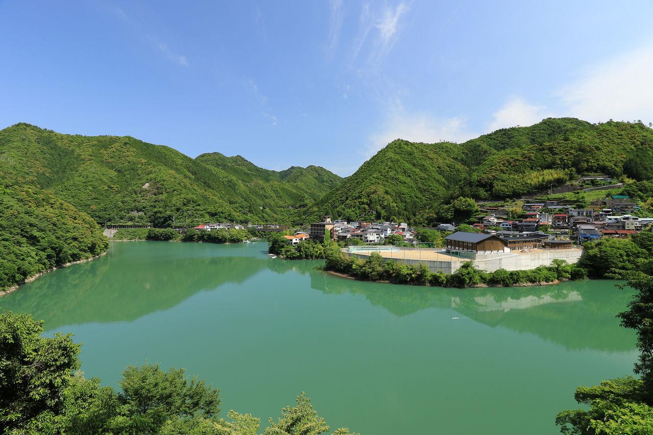 Район горячих источников Тоцукава на берегу водохранилища