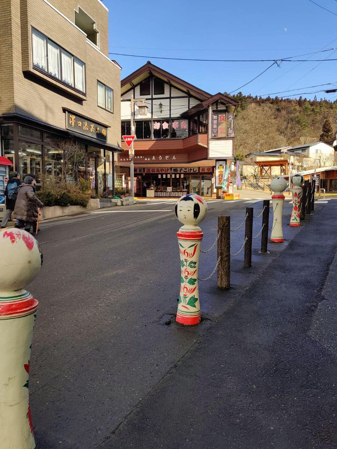 Большие куклы украшают улицу в Наруко-онсэн, одном из центров производства кокэси