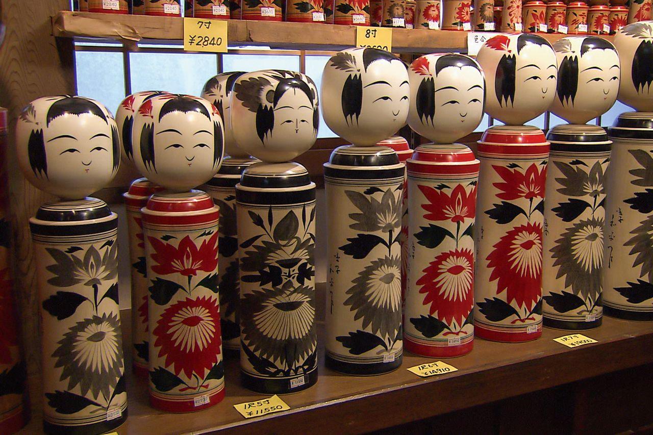 На передней части кокэси из Наруко-онсэн изображены хризантемы, и голову венчает ромбовидный символ хризантемы (фотография предоставлена Департаментом туризма префектуры Мияги)
