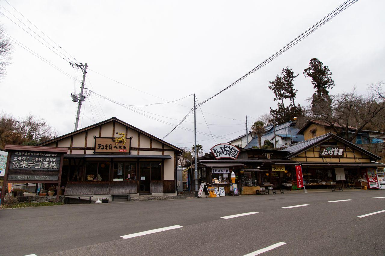 Магазин «Дэко ясики Дайкокуя» – это входные врата комплекса «Такасиба дэко ясики». В расположенном справа здании «Оити тяя» имеется помещение для отдыха и столовая