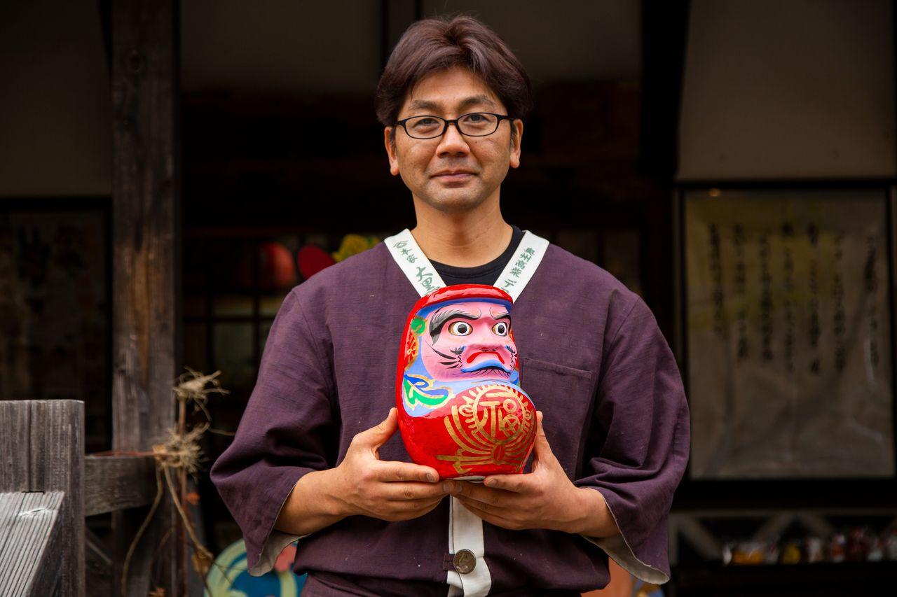 Хасимото Сёити с куклой Михару дарума