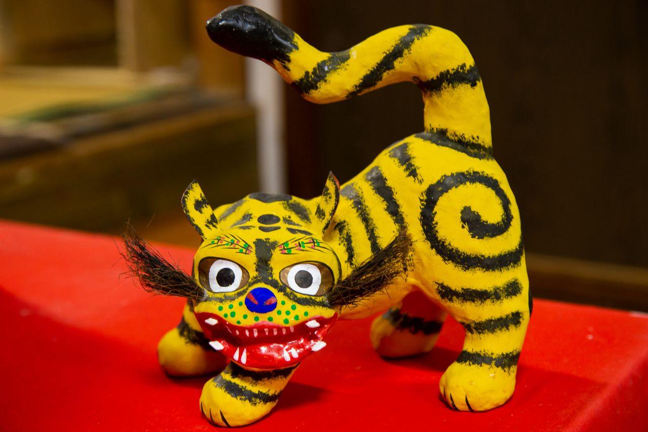 Свойства бумаги васи позволяют передать даже динамичные движения тигра