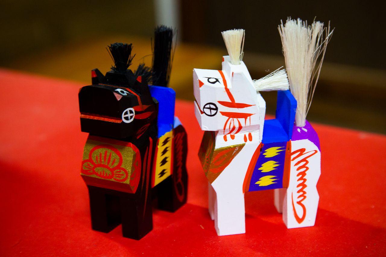 Чёткие контуры лошадей Михару-гома представляют разительный контраст с округлыми формами фигурок харико. В 1954 году (год Лошади) Михару-гома была выбрана для изображения на первой в Японии новогодней марке