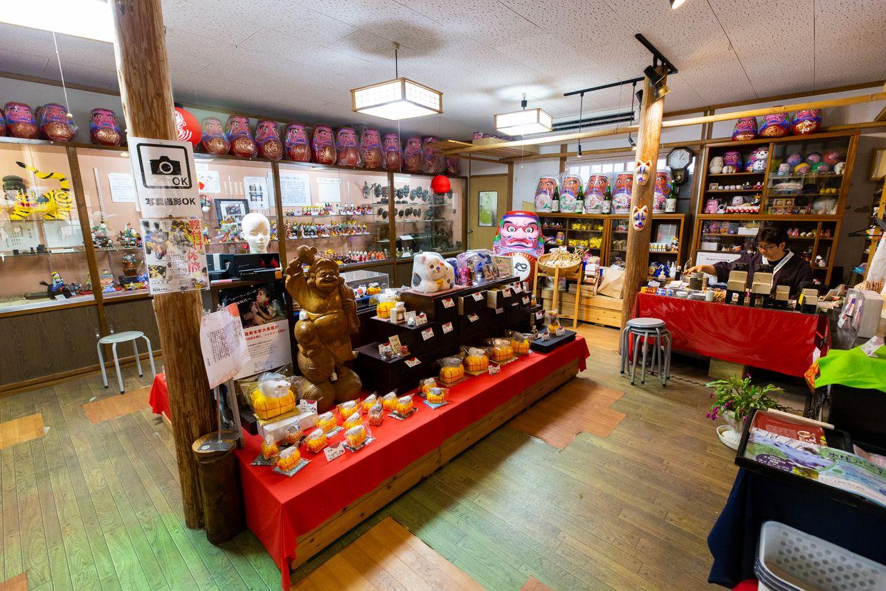 В магазине «Хонкэ Дайкокуя» можно увидеть не только изготовленные Хасимото красочные изделия, но их создателя за работой