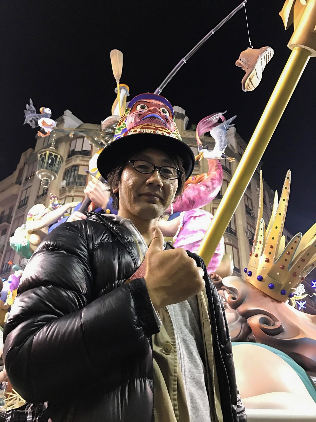 Хасимото на празднике Лас Фальяс в шляпе Михару дарума (фото Хасимото Сёити)
