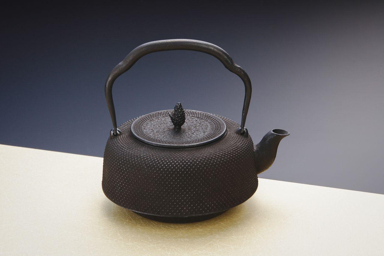 Бесчисленные точки на поверхности чайника – узор «арарэ». Эта древняя технология увеличивает толщину стенок, благодаря чему чайник дольше удерживает тепло (© Iwachū)