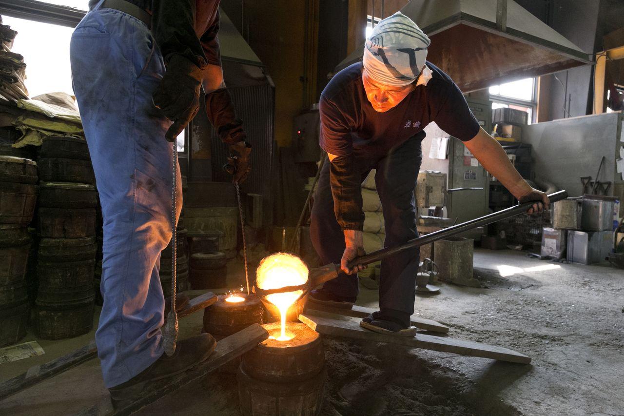 Традиционная технология литья. В форму, сделанную из мелкого речного песка и глины, заливают расплавленное железо (1500°C) (© Iwachū)