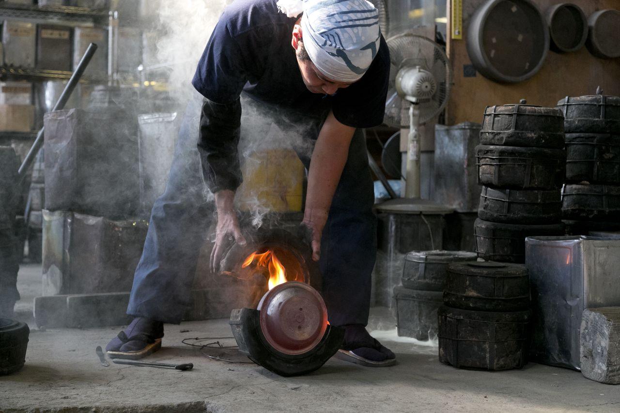 Чайник вынимают из формы, затем лакируют и раскрашивают в нагретом состоянии. Из одной формы можно сделать всего 5 чайников. (© Iwachū)