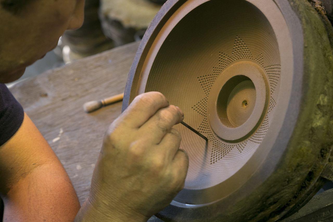 Узор «арарэ» – это 3000 точек на одном изделии. Обязательно понаблюдайте за работой мастера в «Тэккикане» (© Iwachū)